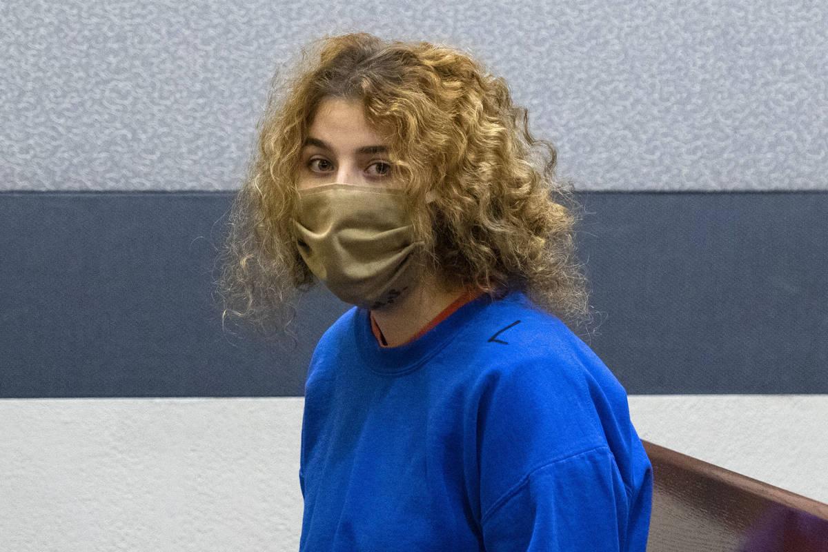 Sierra Halseth, acusada del asesinato de su padre, Daniel Halseth, es conducida a la sala del C ...