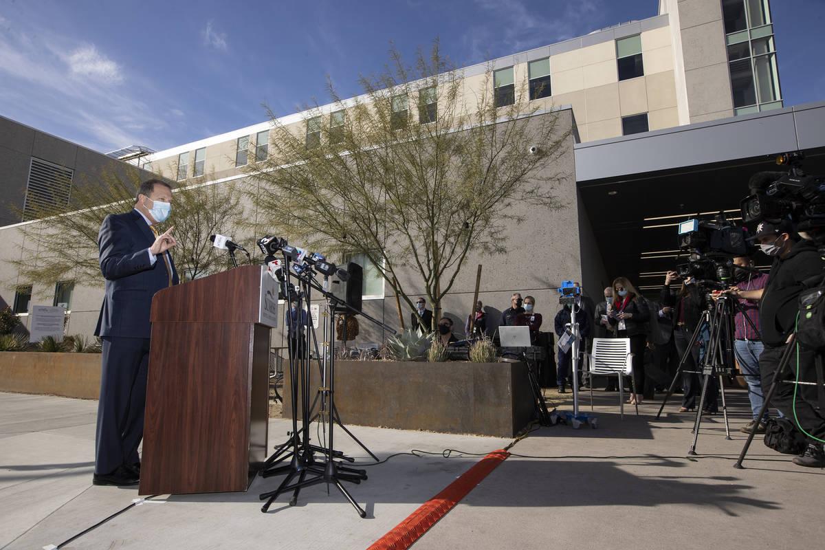 Todd Sklamberg, director general del Sunrise Hospital & Medical Center, habla durante una confe ...