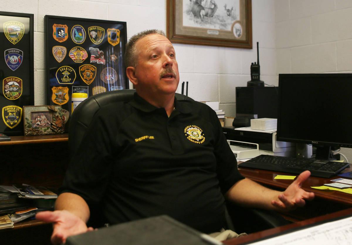 El alguacil del Condado Lincoln, Kerry Lee, en la oficina del alguacil del Condado Lincoln, en ...