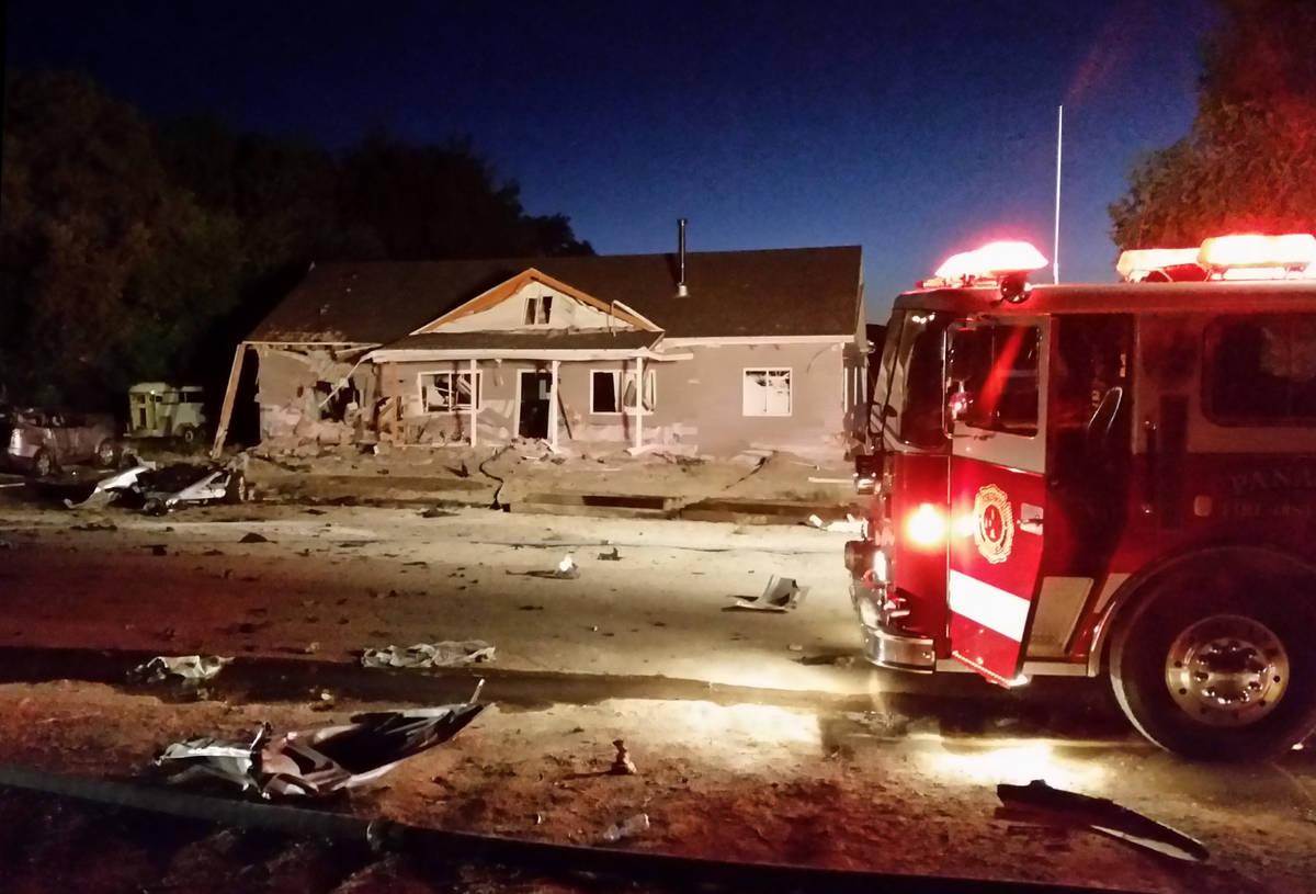 Un camión de bomberos se encuentra frente a una casa destruida por un atentado suicida en Pana ...
