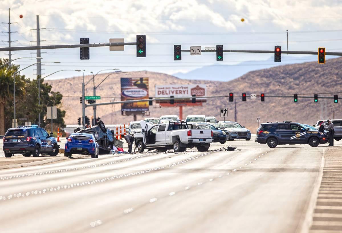 En esta foto de archivo, la Nevada Highway Patrol investiga un presunto accidente por conducir ...