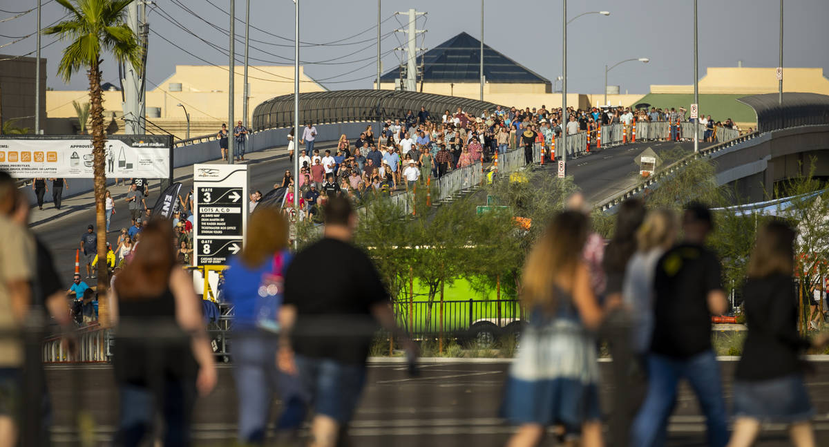 Los fans se abren paso en medio del calor hacia el concierto de Garth Brooks en Allegiant Stadi ...