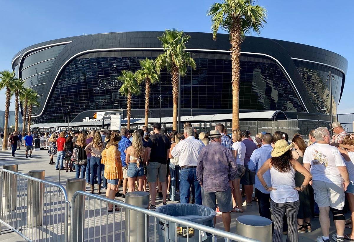 Los asistentes al concierto de Garth Brooks hacen fila en el Allegiant Stadium unas dos horas a ...