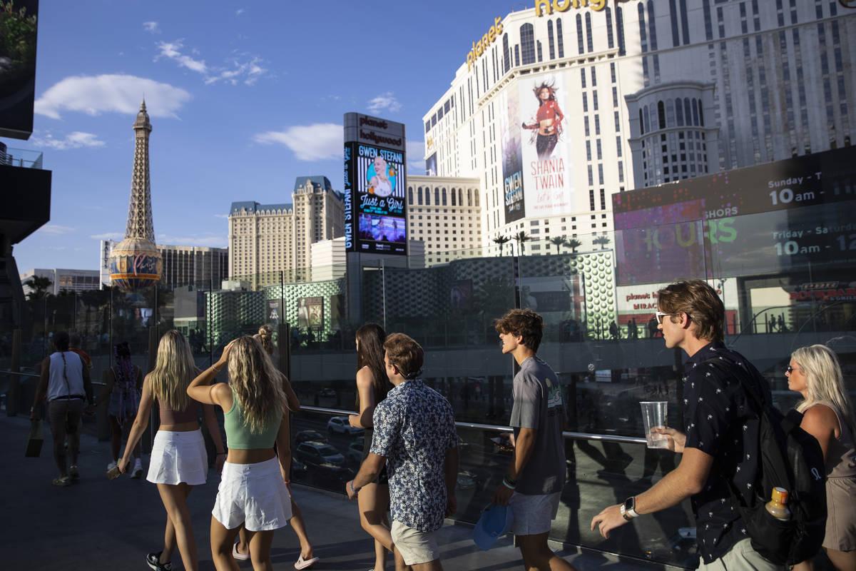 Gente visita el Strip cerca del hotel-casino Planet Hollywood en Las Vegas el 3 de julio de 202 ...