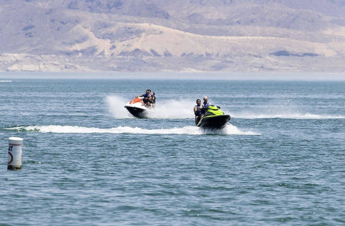 Unas personas montan su moto de agua en Boulder Beach, en Lake Mead National Recreation Area, e ...