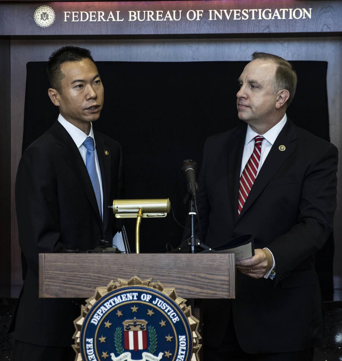 El fiscal federal en funciones Christopher Chiou, a la izquierda, habla sobre una acción globa ...