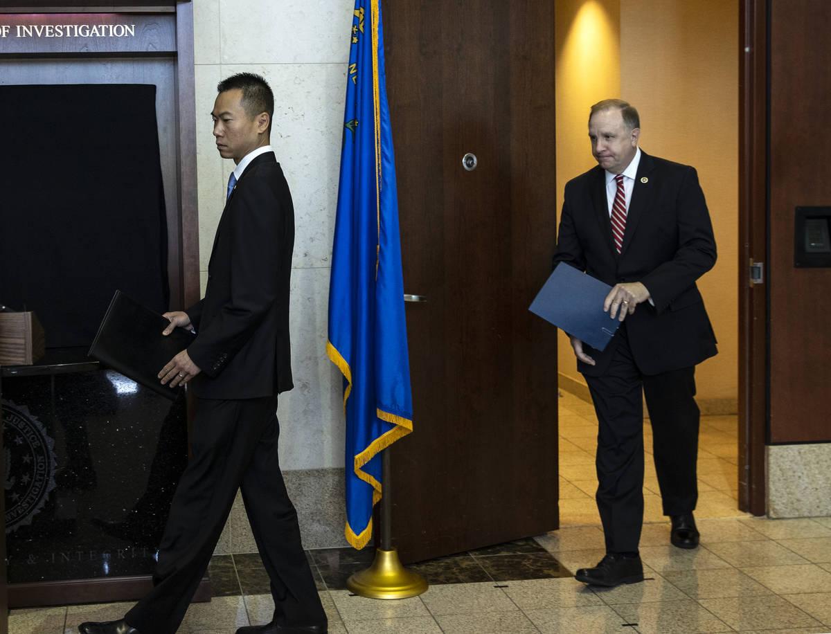 El fiscal federal en funciones Christopher Chiou, a la izquierda, y el agente especial a cargo ...