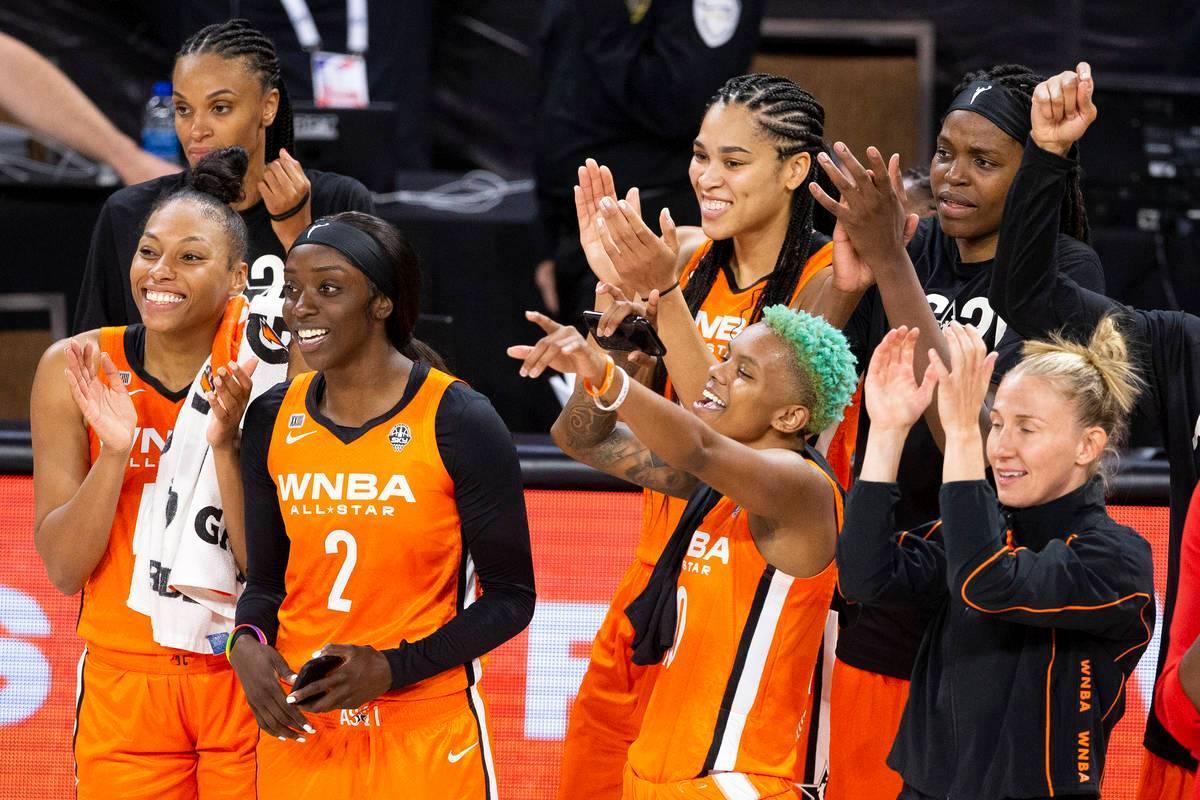 Las jugadoras del equipo WNBA animan a su compañera de equipo Arike Ogunbowale mientras gana e ...