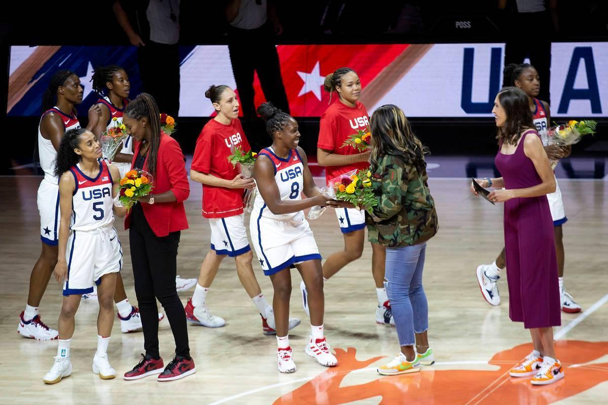 Seleccionadas actuales obsequian ramos de flores a miembros del equipo olímpico de baloncesto ...