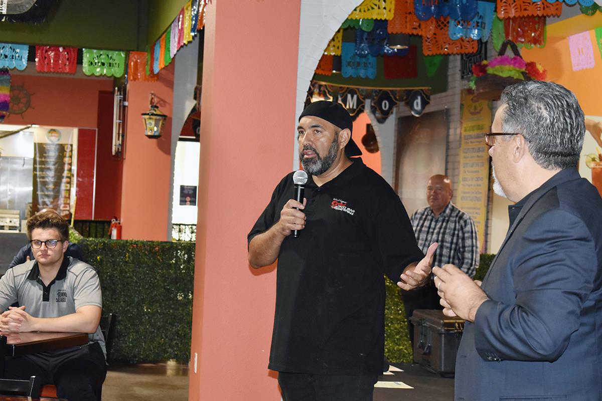 Representantes de los restaurantes de El Mercado dieron la bienvenida. En la foto el dueño del ...