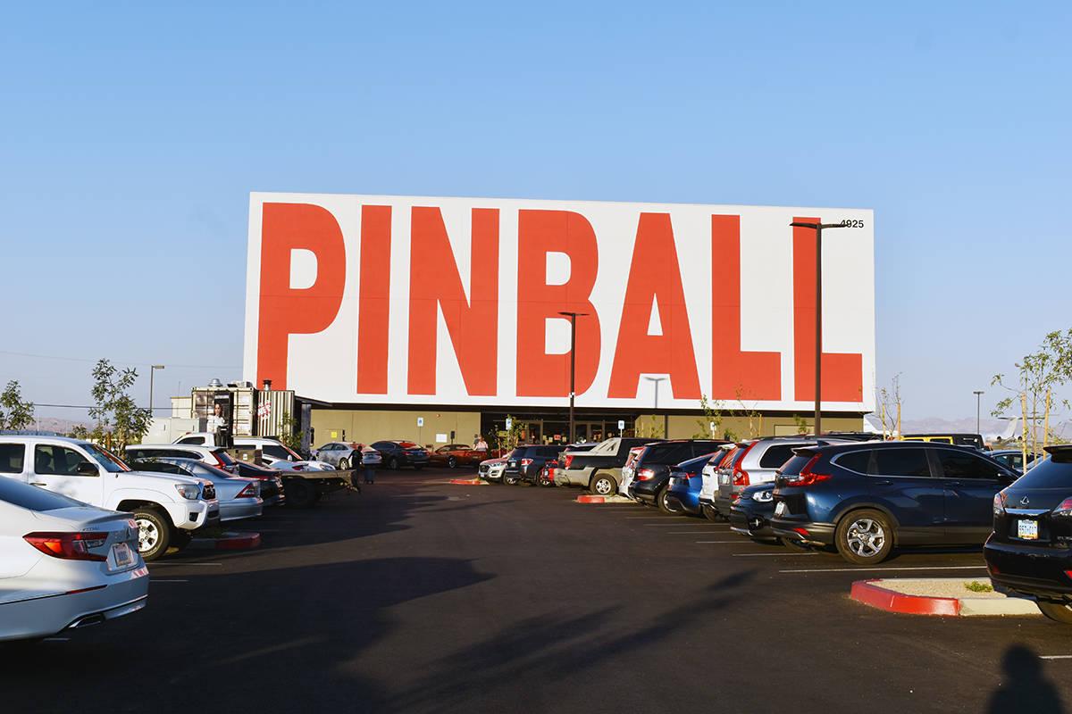 Desde el Strip de Las Vegas se puede notar el gigantesco anuncio del Pinball Hall of Fame. Juev ...