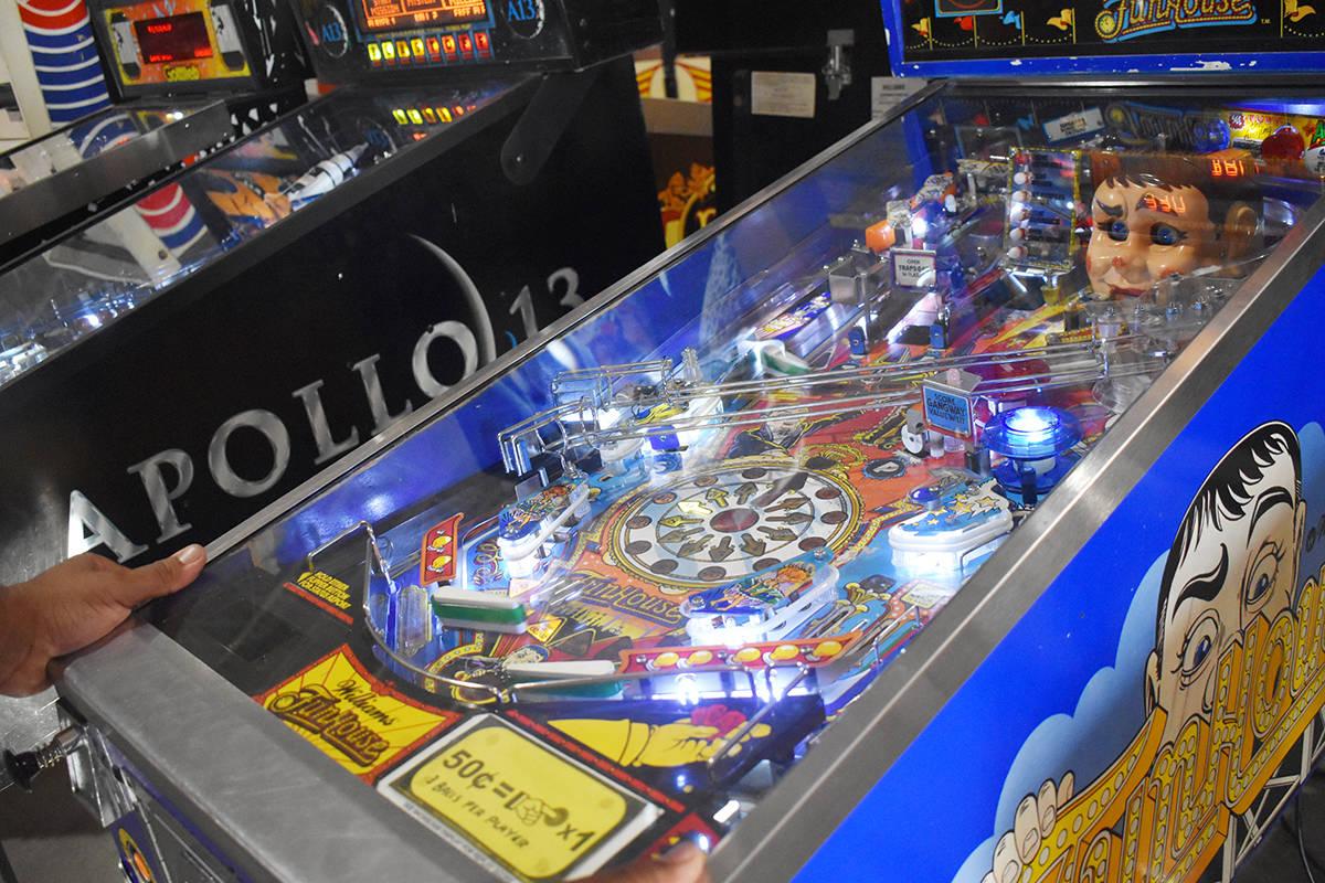 Esta es una típica máquina de pinball retro, de las miles que se encuentran dentro del museo. ...