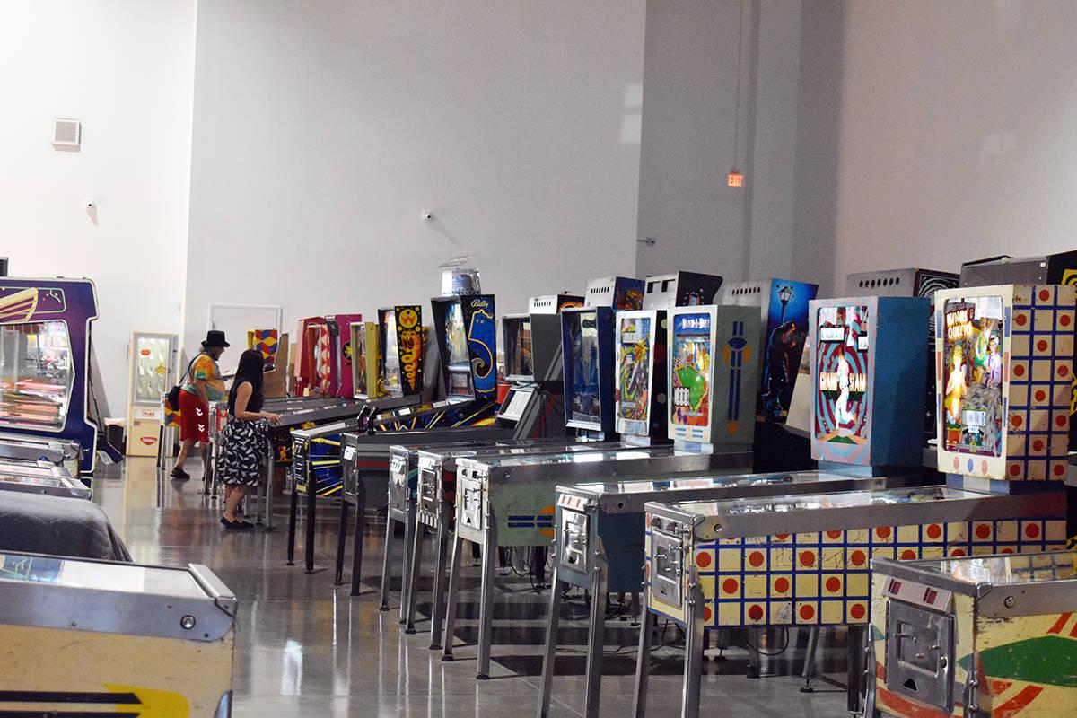 Son por lo menos 1,000 máquinas de pinball dentro del museo más máquinas de videojuegos retr ...