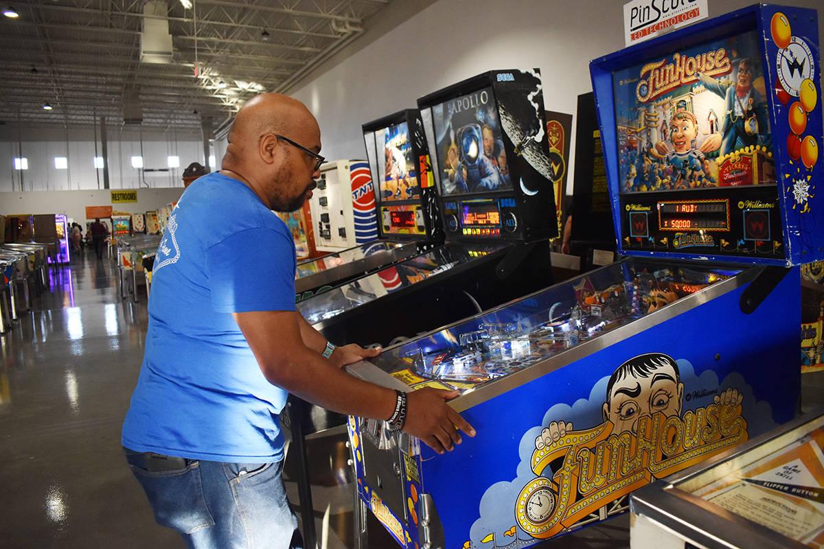 Para el dominicano Rogelio Martínez el juego de pinball es algo que disfruta desde su infancia ...