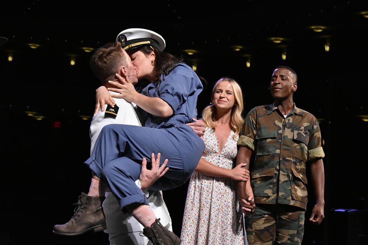 "Mia Massaro como ""Paula Pokrifki"", David Wayne Britton como ""Foley"", Devin Holloway com ..."