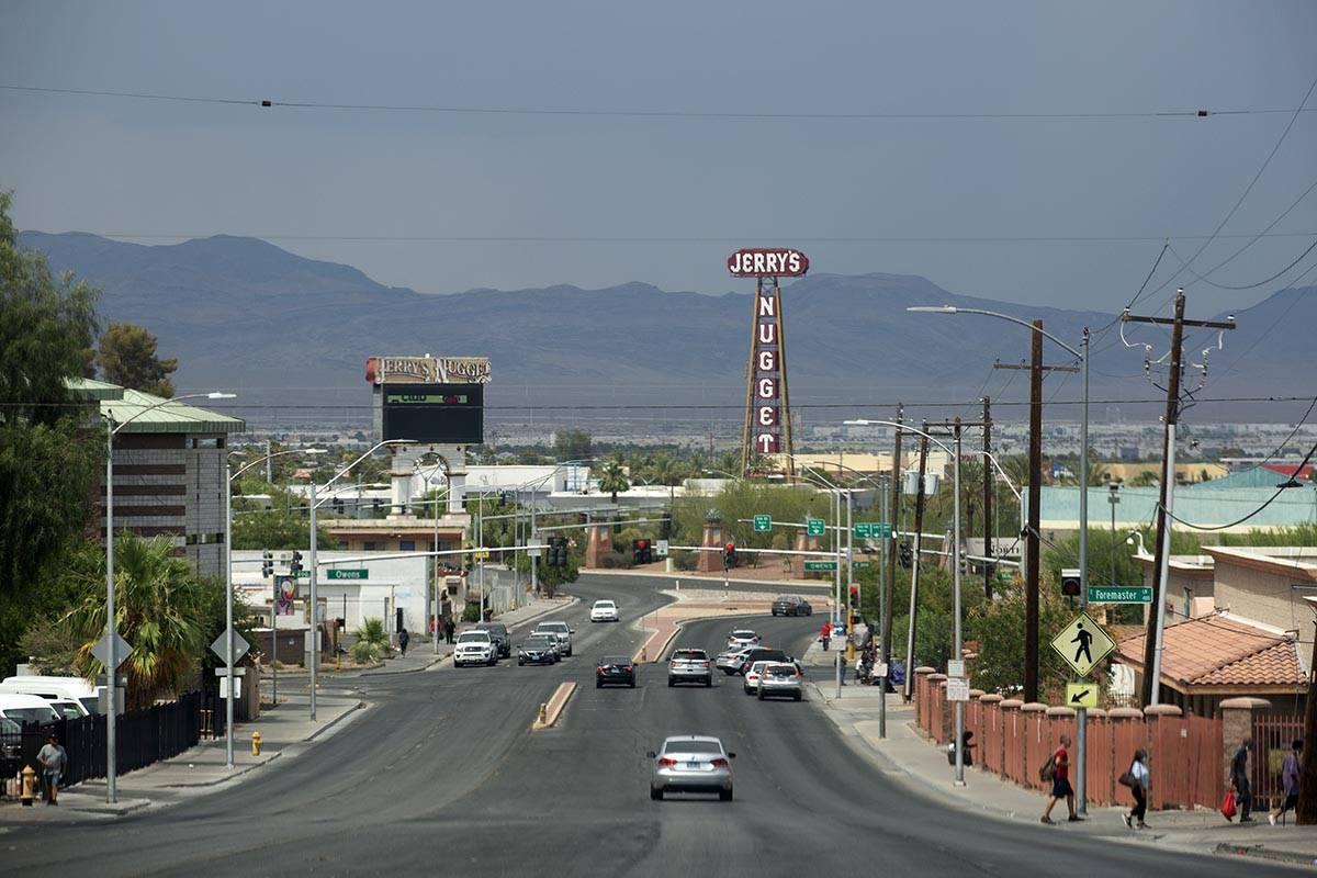 Cielos tormentosos se ven sobre el Valle de Las Vegas desde North Las Vegas Boulevard el jueves ...