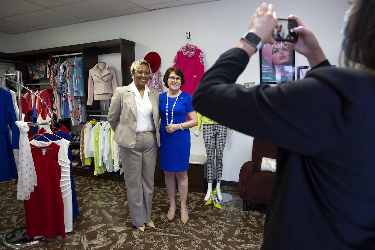 Kenya Mills y la senadora Jacky Rosen, demócrata por Nevada, posan para una foto en la organiz ...