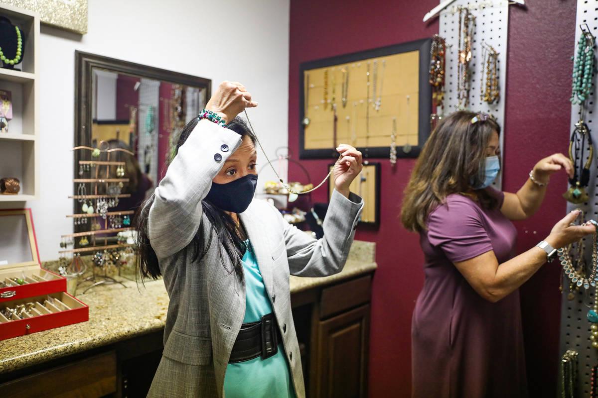 Nancy Sonano, a la izquierda, se prueba un collar para su traje con la ayuda de la estilista Mi ...