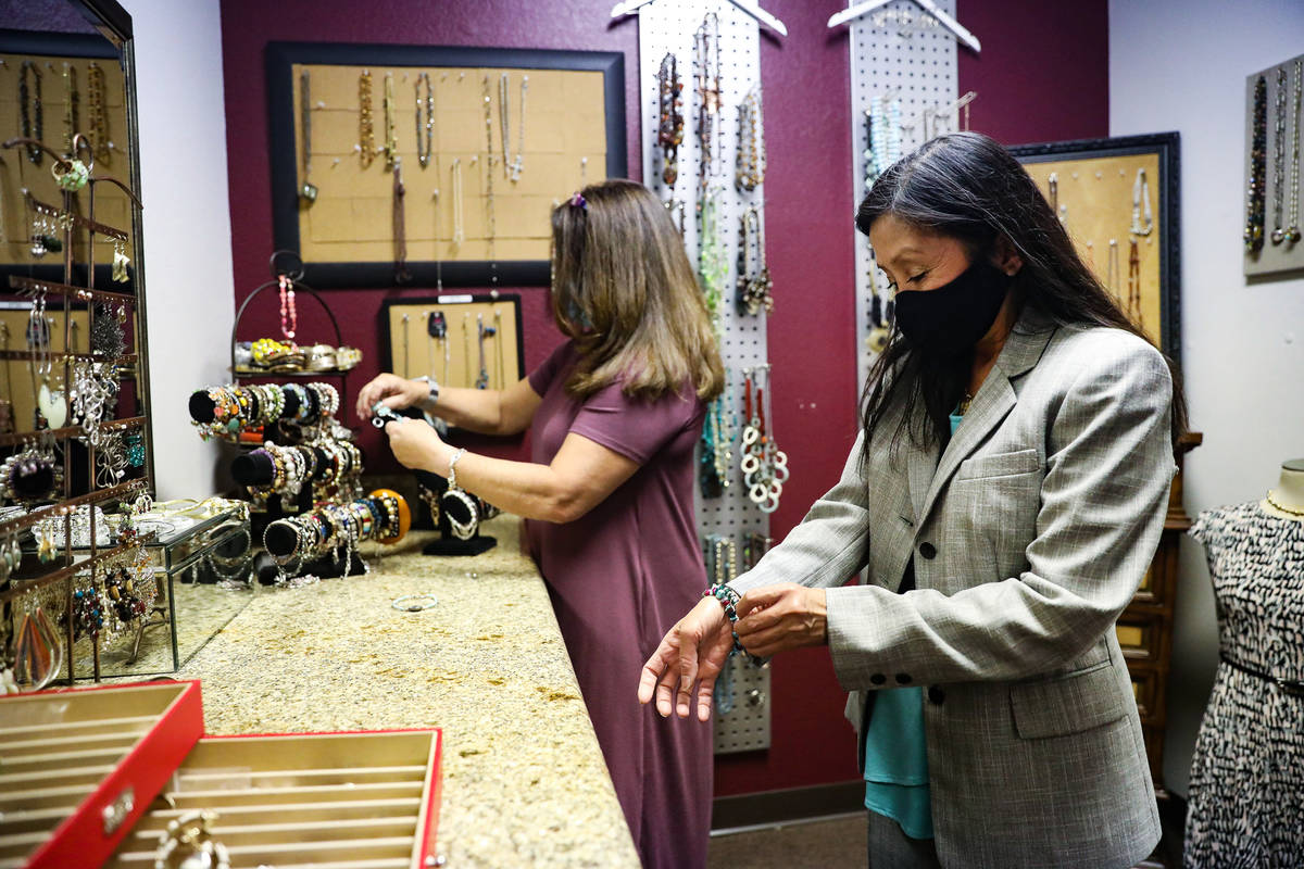 Nancy Sonano, a la izquierda, se prueba un traje con la ayuda de la estilista Mindi Fasnacht, a ...