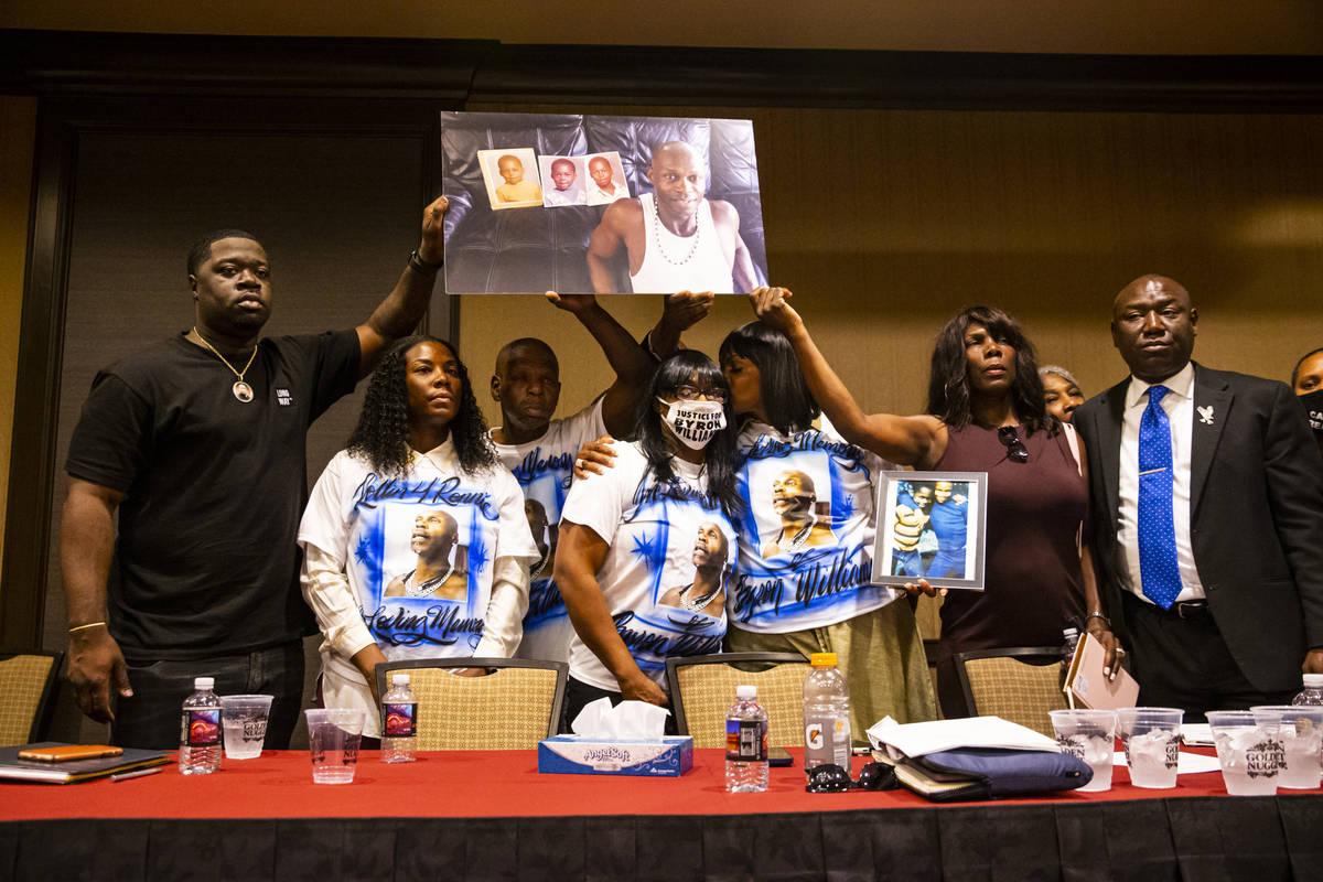 Familiares de Byron Williams, que murió en 2019 mientras estaba bajo custodia de la policía d ...