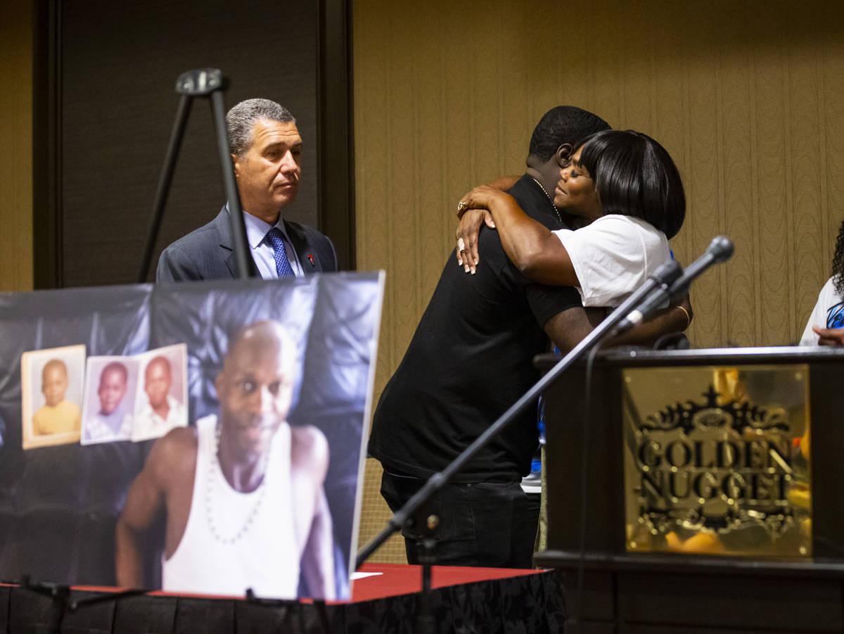 Brandon Williams, sobrino de George Floyd, abraza a la hermana de Byron Williams, Robyn, antes ...