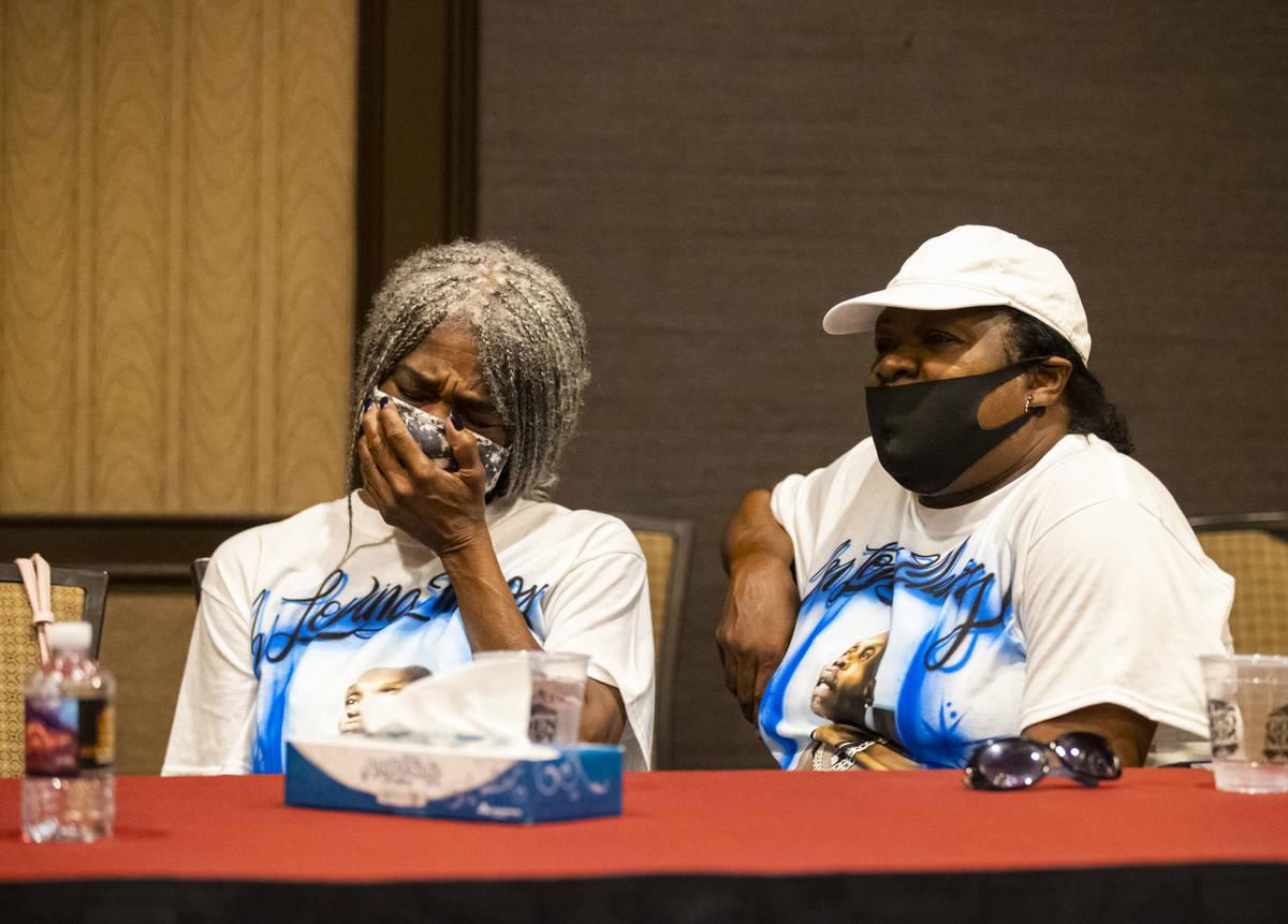 Cheryl Lewis, a la izquierda, y Gwendolyn Lewis, hermanas de Byron Williams, escuchan durante u ...