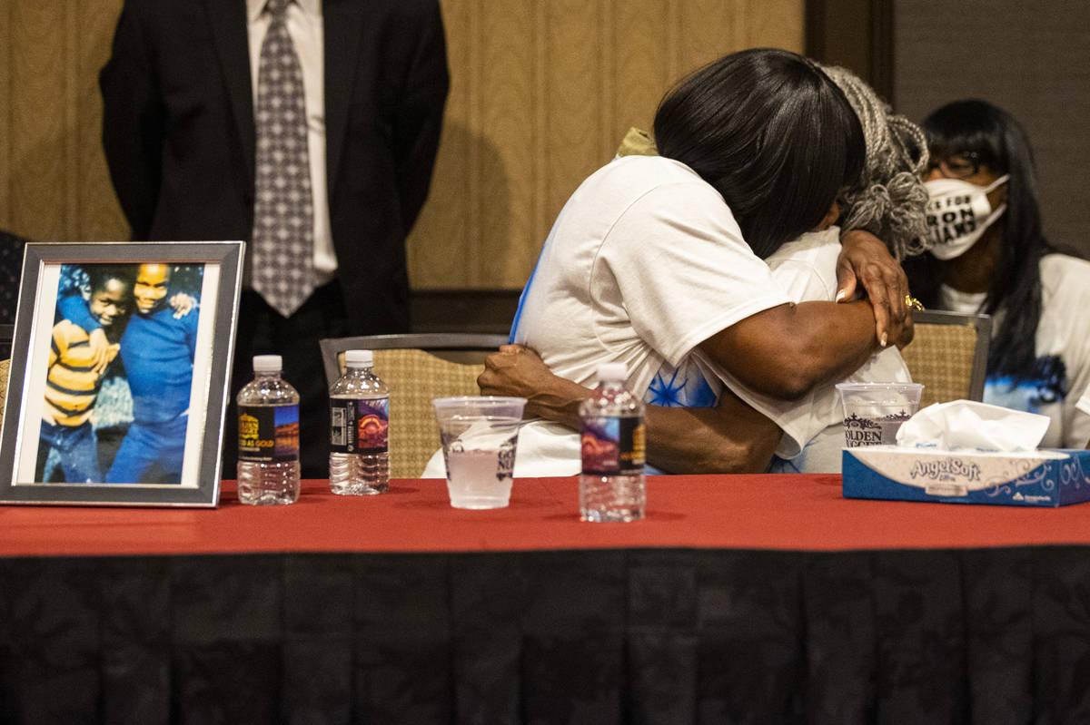 Robyn Lewis, a la izquierda, y Cheryl Lewis, hermanas de Byron Williams, se abrazan durante una ...