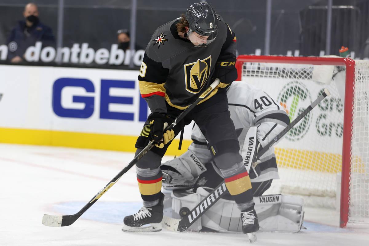 El jugador de los Vegas Golden Knights Cody Glass (9) lucha por el puck contra el portero de Lo ...