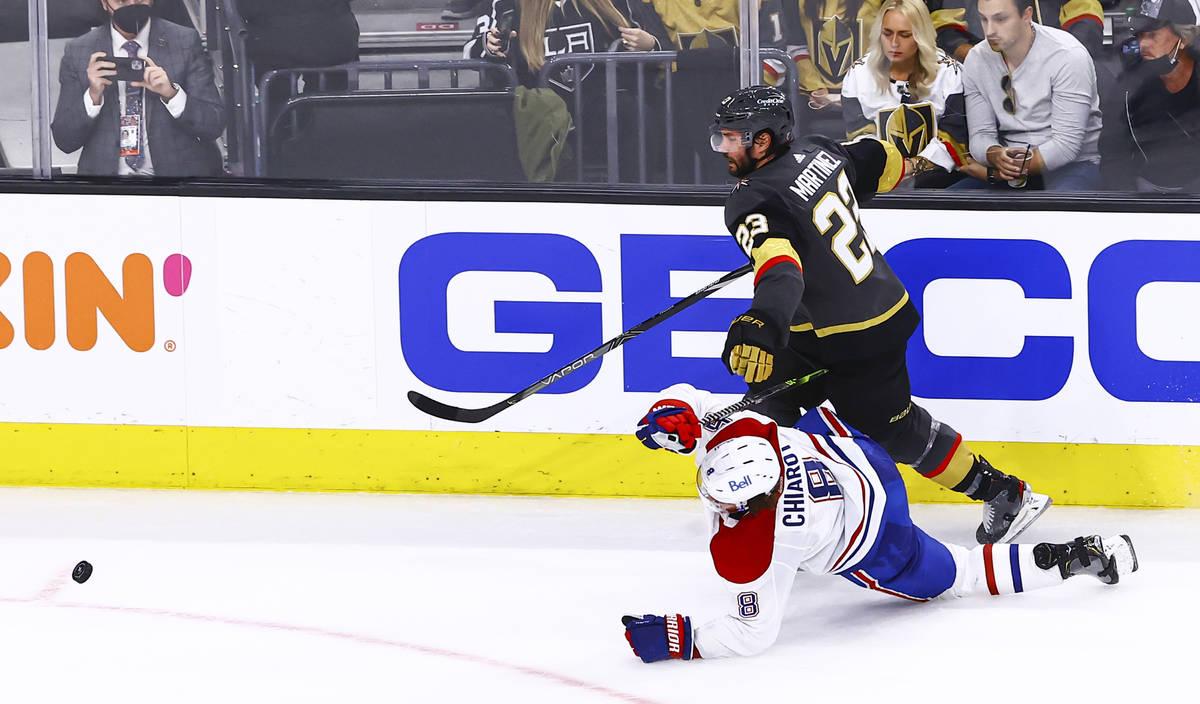 Alec Martínez (23), de los Golden Knights, y Ben Chiarot (8), de los Montreal Canadiens, compi ...