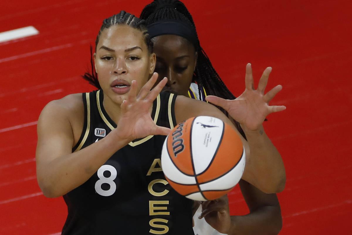 La pívot de Las Vegas Aces, Liz Cambage (8), recibe un balón contra la alera/centro de Los Á ...