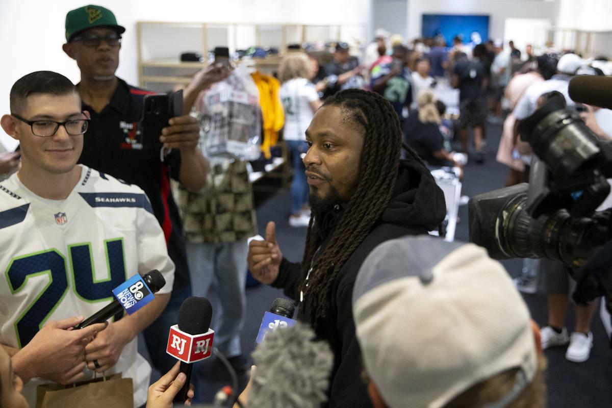 El running back de la NFL Marshawn Lynch habla con los medios de comunicación en la inauguraci ...