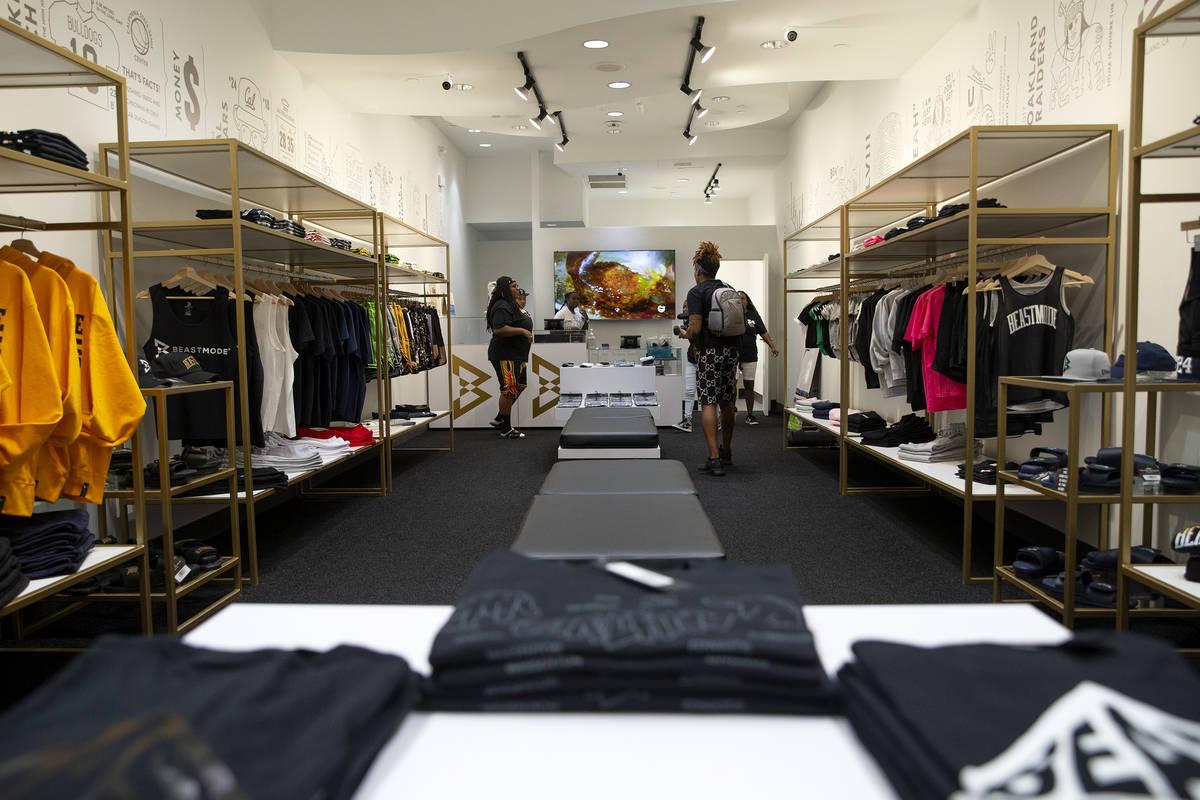 Los empleados preparan la tienda de Marshawn Lynch, Beast Mode, antes de su gran inauguración ...