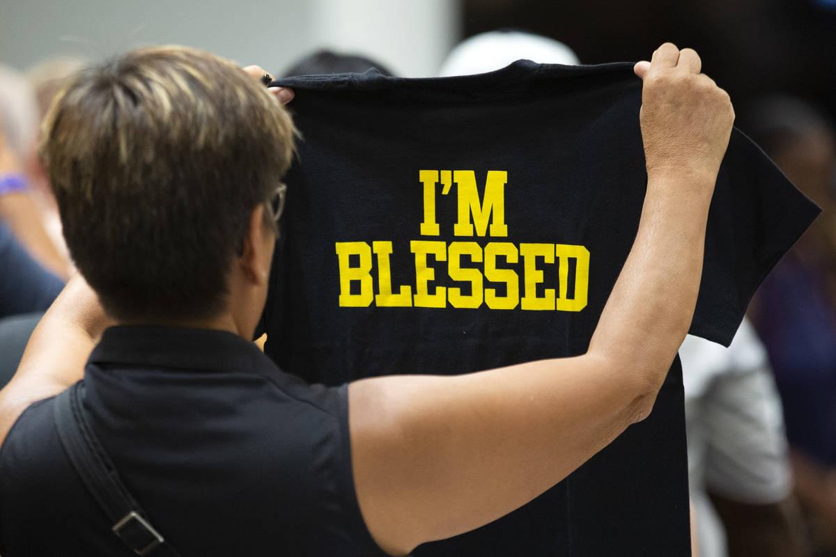 Un cliente mira una camiseta en la apertura de la tienda Beast Mode de Marshawn Lynch en The Sh ...