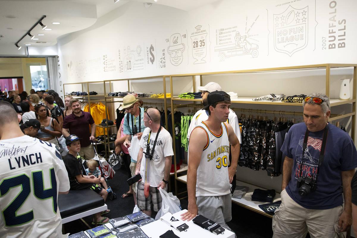 Fans y clientes hacen fila en la inauguración de la tienda del running back de la NFL Marshawn ...