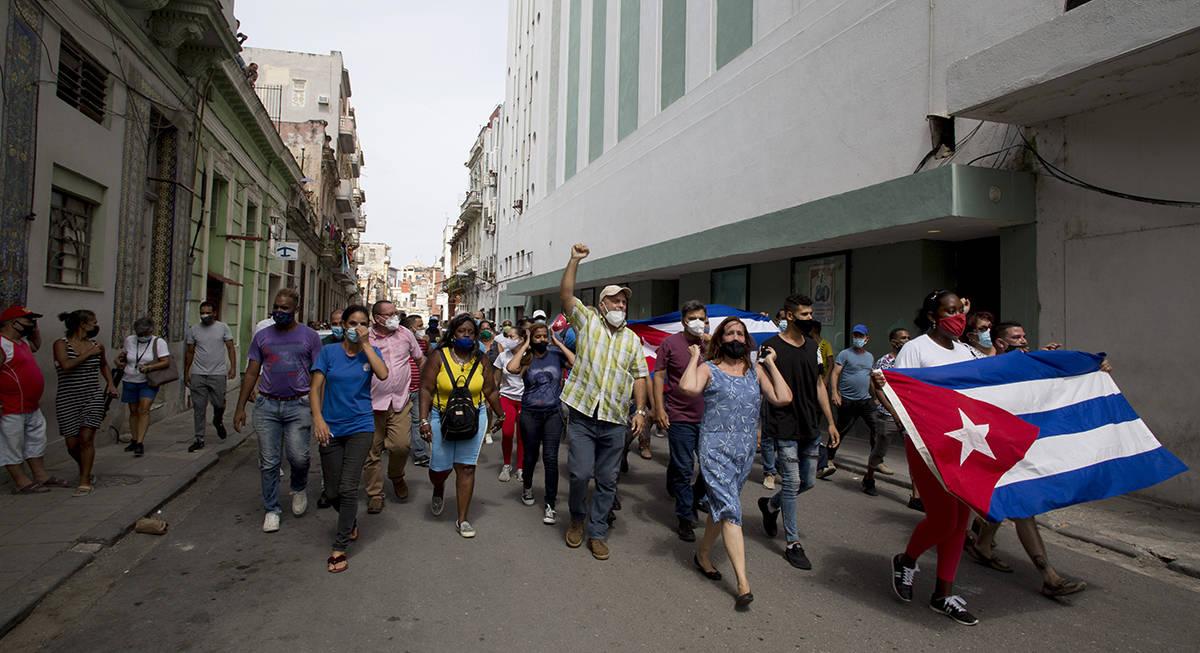 Partidarios del gobierno marchan en La Habana, Cuba, el domingo 11 de julio de 2021. Cientos de ...