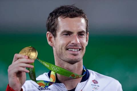 Andy Murray, de Inglaterra, sonríe mientras sostiene su medalla de oro en los Juegos Olímpico ...