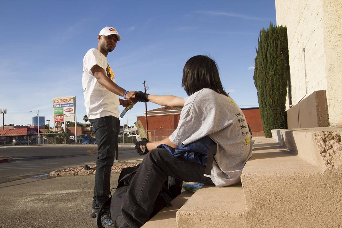 Un trabajador de NPHY brinda información a un joven sin hogar encontrado en el valle de Las Ve ...
