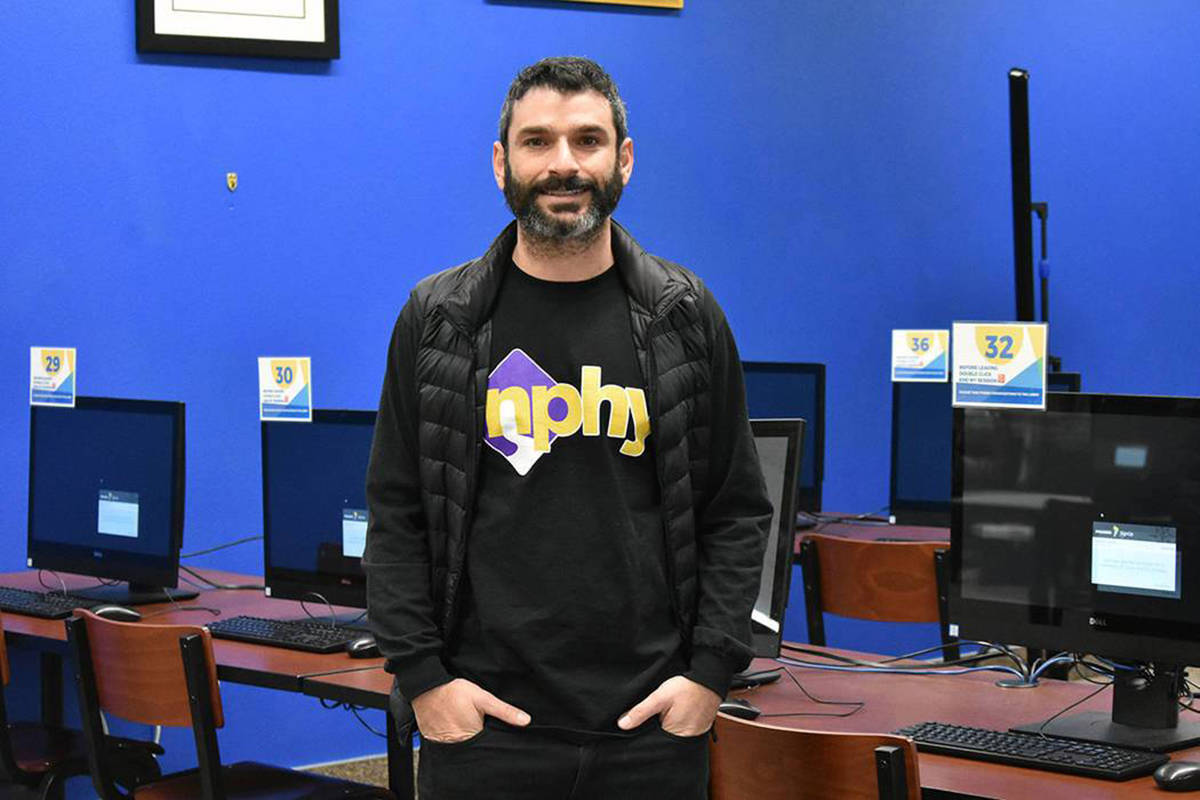 Fotografía de archivo del director ejecutivo de NPHY, Arash Ghafoori, durante una reunión con ...