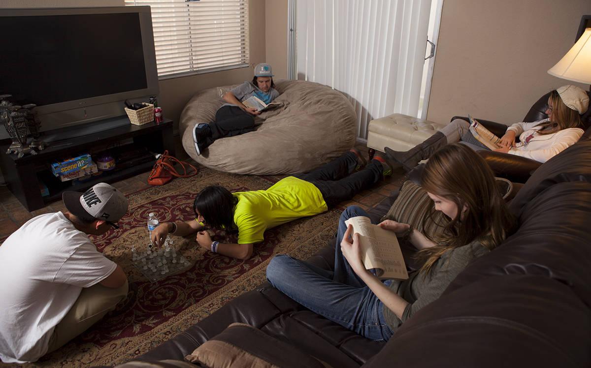 Jóvenes menores de 17 años conviven en el refugio de NHPY dedicado a niños y adolescentes si ...