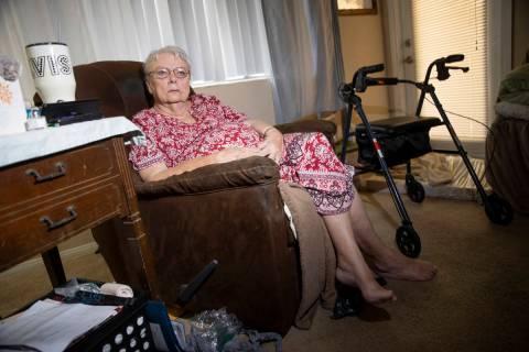 Shirley Soiset, de 77 años, cuya renta va a subir unos 300 dólares al mes, con su perro de se ...