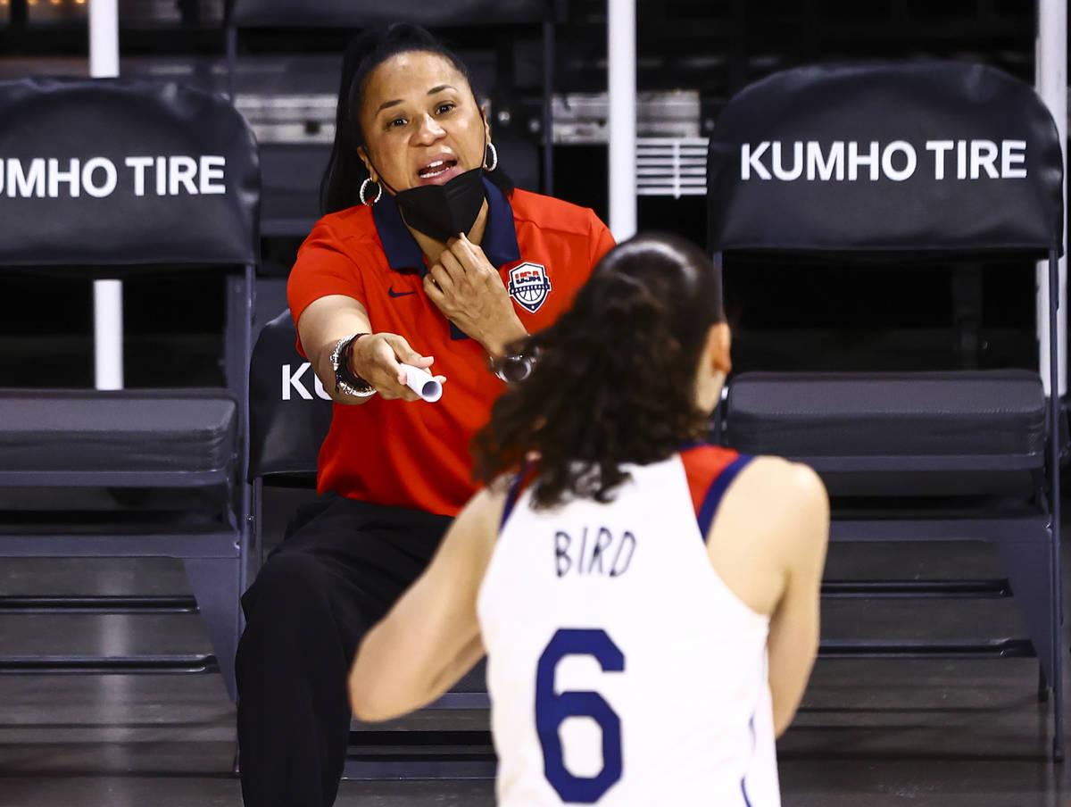 La entrenadora de Estados Unidos, Dawn Staley, habla con la escolta Sue Bird (6) antes del inic ...