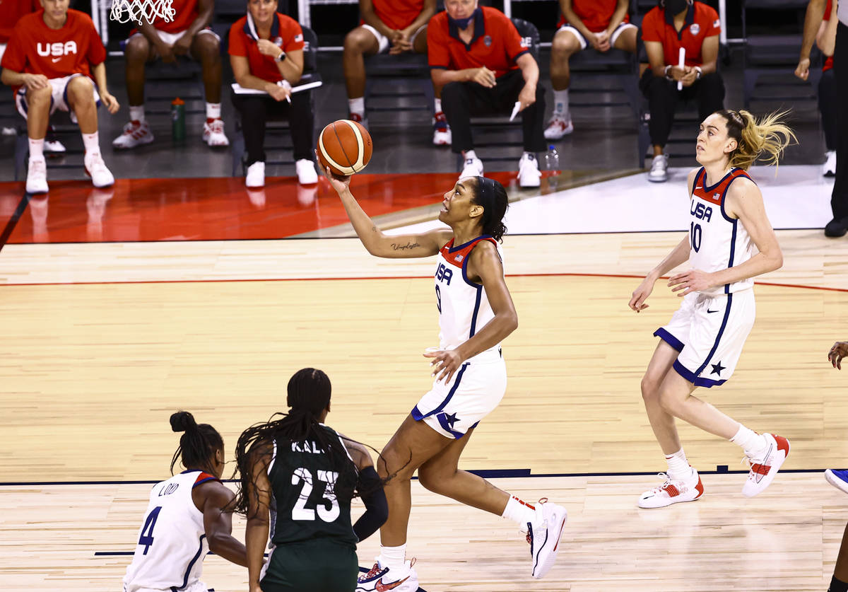 La alera estadounidense A'ja Wilson encesta durante la primera parte de un partido de baloncest ...