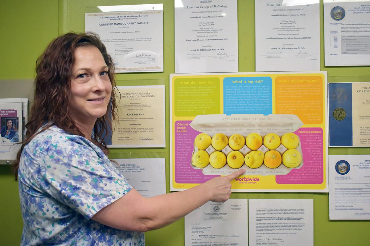 La enfermera Jacky Thompson, muestra cómo lucen los diferentes tipos de cáncer de seno. En la ...