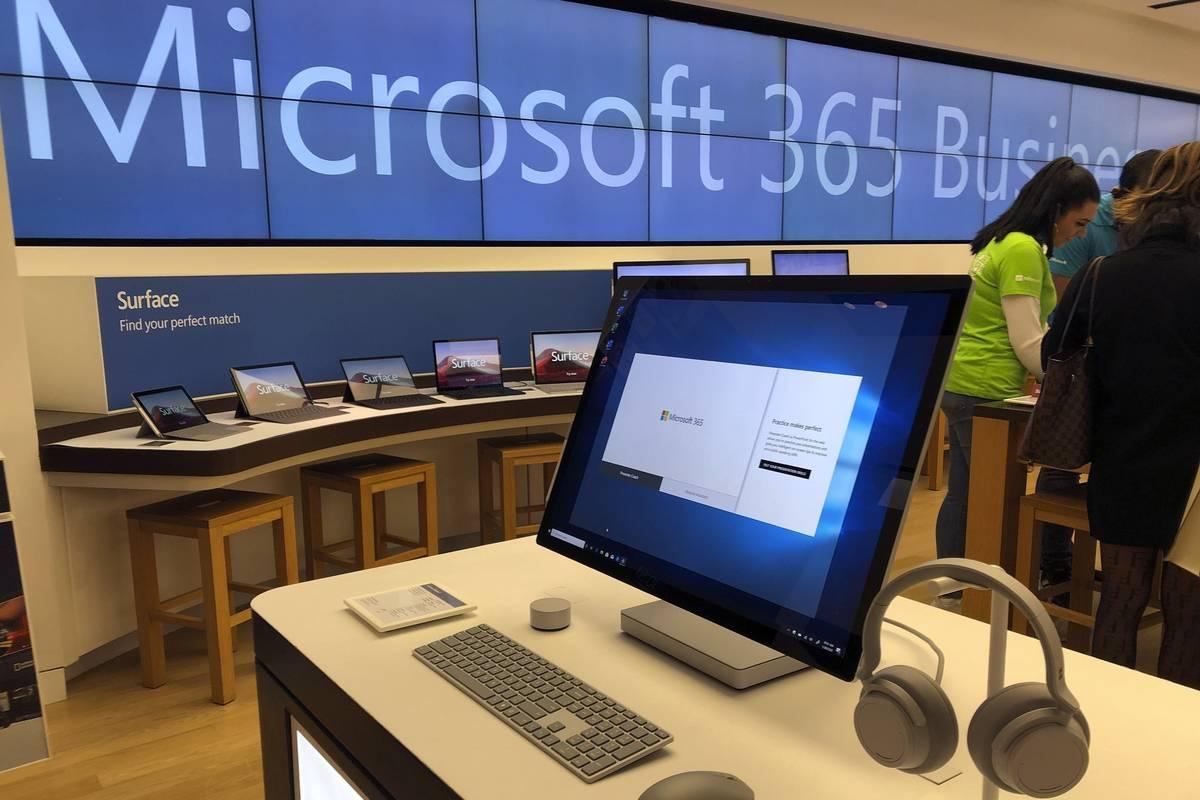 En esta foto de archivo del 28 de enero de 2020, una computadora de Microsoft se encuentra entr ...