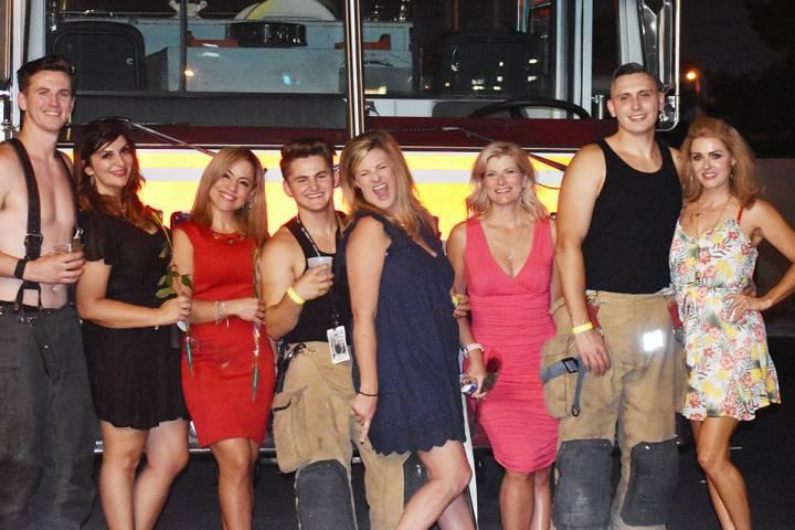 Algunas de las compradoras y ganadoras de la subasta junto con los bomberos subastados en la no ...