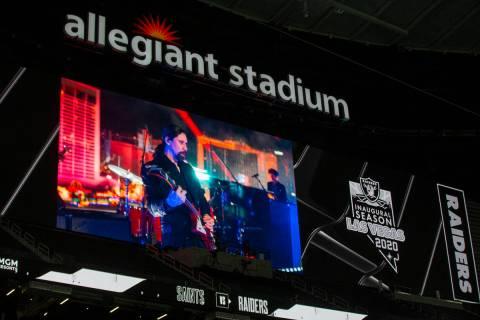 El concierto de The Killers en el Strip televisado durante el medio tiempo de un partido de fú ...