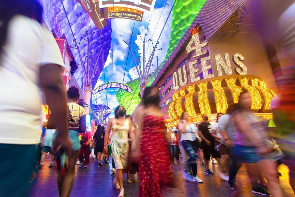 Los visitantes disfrutan de las atracciones en Fremont Street Experience durante el fin de sema ...
