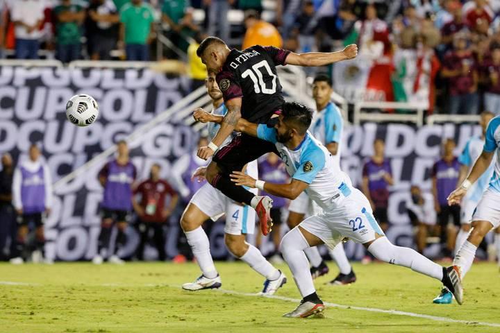 El mediocampista mexicano Orbelin Pineda (10) anota mientras es obstaculizado por el defensor d ...