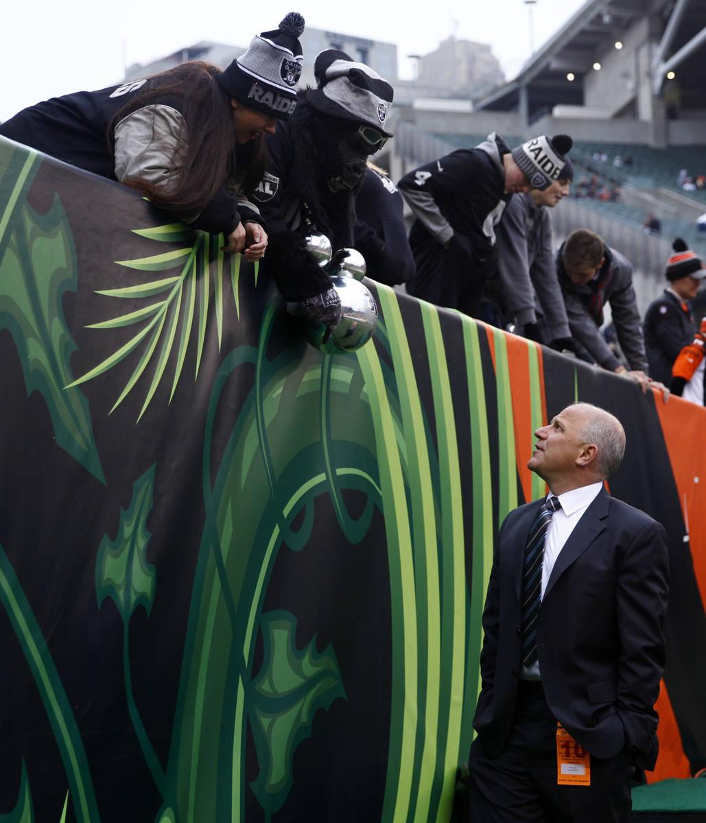 El presidente de los Raiders, Marc Badain, se reúne con los fans del equipo antes de un partid ...