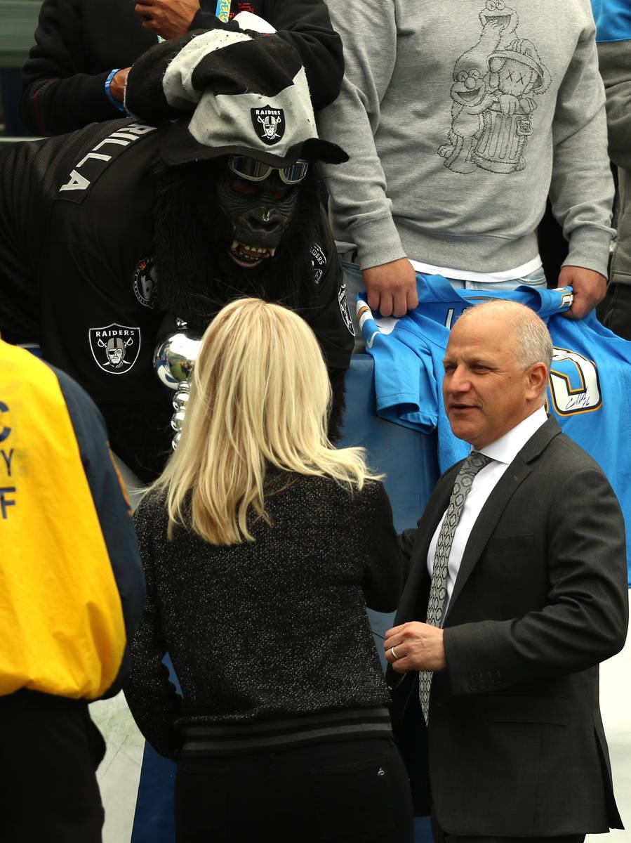 El presidente de los Raiders, Marc Badain, se reúne con uno de los súper fans del equipo, Gor ...